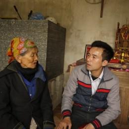 Lê Hữu Thảo trò chuyện với bà Hà Thị Liên, sinh 1931, mẹ liệt sỹ Đào Kim Cương.