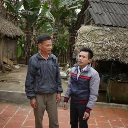 Lê Hữu Thảo cùng một người may mắn khác trên tàu 604 – chiến sỹ hải đồ Phạm Xuân Trường, Hương Sơn, Hà Tĩnh (ảnh chụp trong sân nhà Phạm Xuân Trường ngày 18-2-2014).